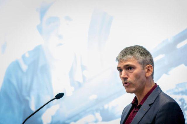 Limpach bij de presentatie van zijn boek